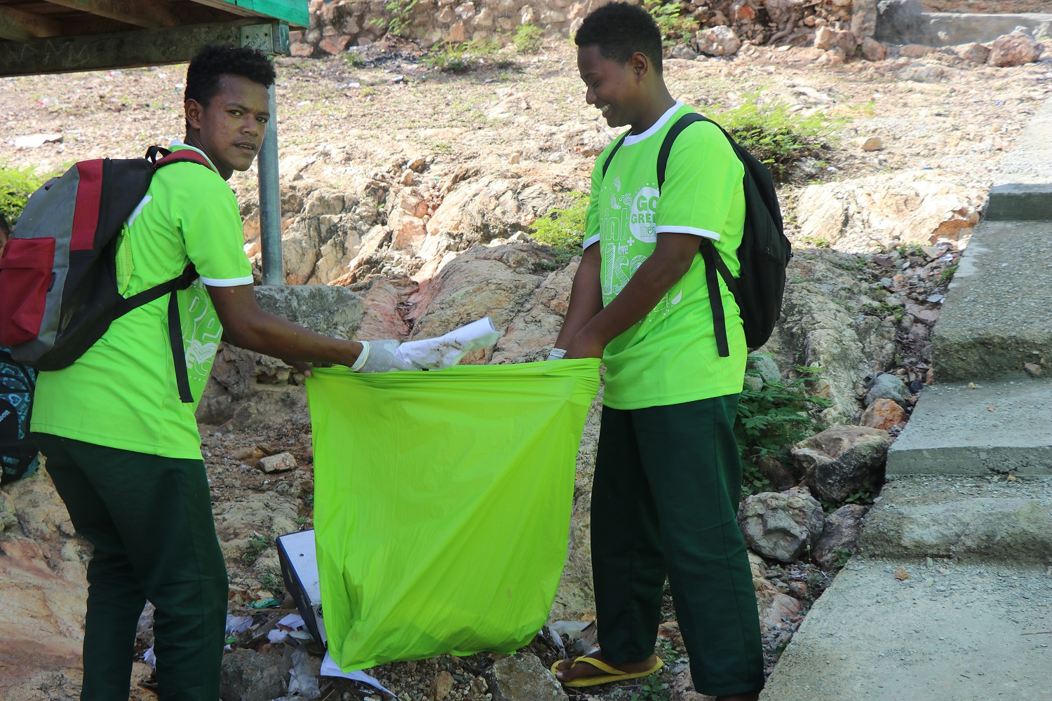 Tanata Primary School students cleaning up